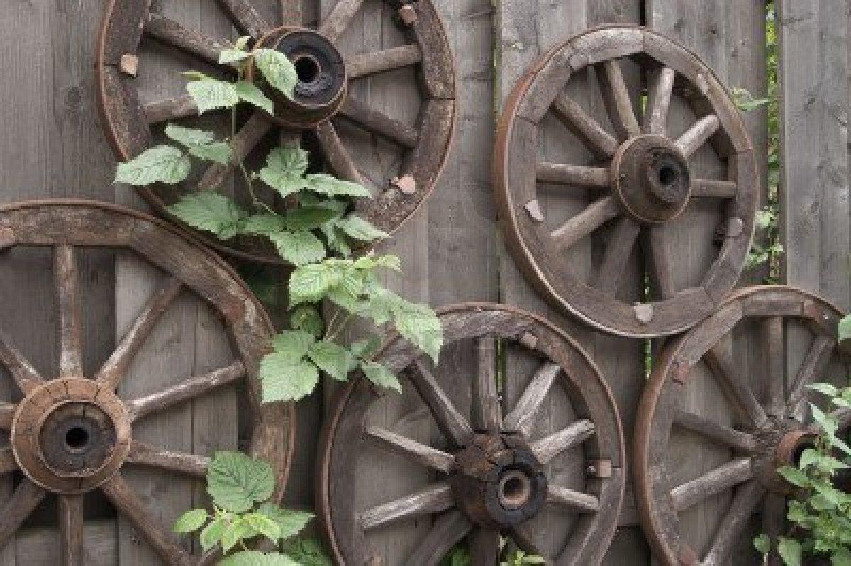 Enredaderas en las ruedas de carreta decoraci n con madera - Decoracion con ruedas ...